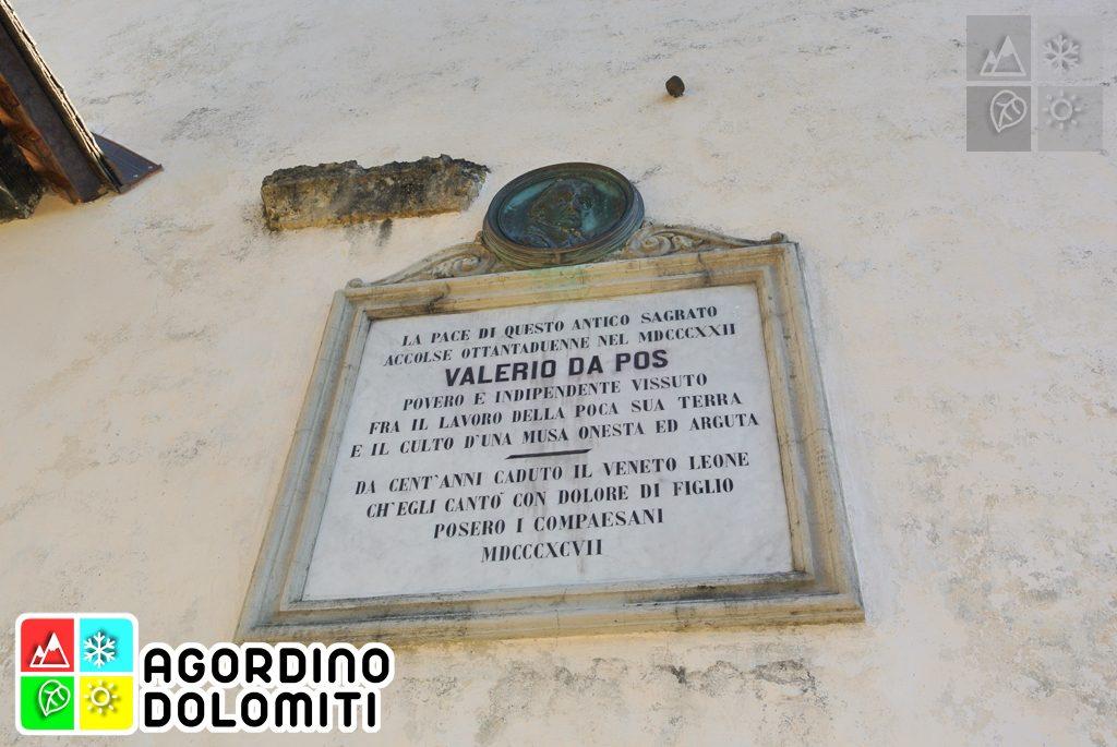 Targa commemorativa dedicata al poeta Valerio da Pos sulla facciata di San Simon