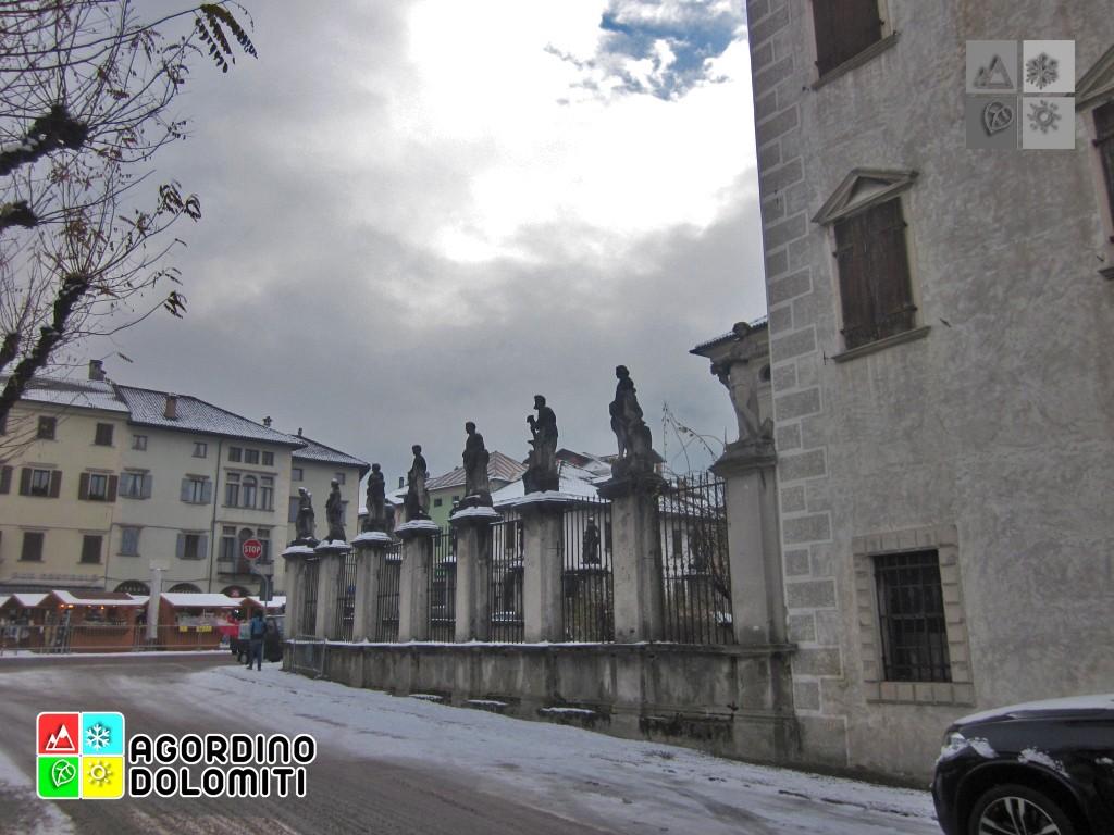 Dettaglio delle statue del Palazzo De Manzoni
