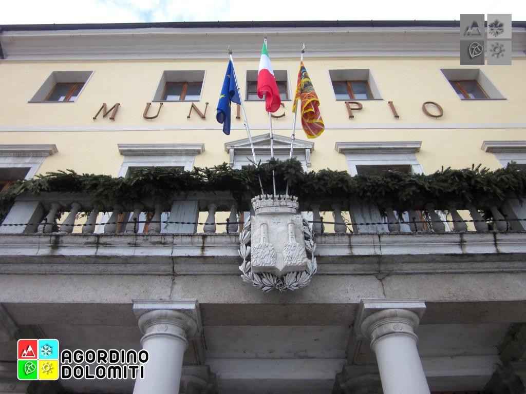 Lo stemma comunale sul Municipio di Agordo