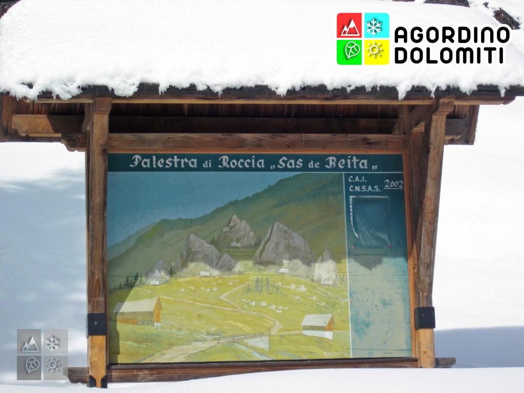 Tabella informativa alla palestra di roccia del Sass de Beita