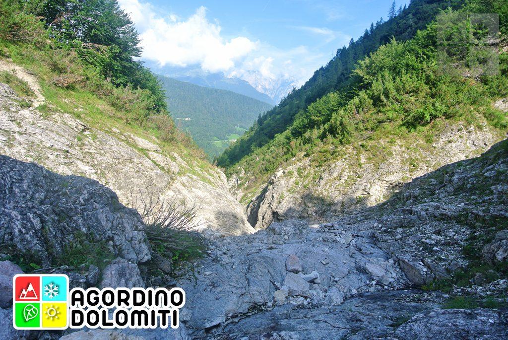 I Monti del Sole sono un sistema montuoso delle Dolomiti Patrimonio Naturale dell'Umanità UNESCO che delimitano a sud l'Agordino; questo sistema è collocatoper quanto riguarda la Fondazione Dolomiti UNESCO nel contesto del 3° dei 9 sistemi ufficiali riconosciuti e tutelati (ovvero Pale di San Martino, San Lucano, Vette Feltrine e Dolomiti Bellunesi), mentre per quanto riguarda la Classificazione Internazionale delle Alpi SOIUSA nel Gruppo dei Feruc; sono montagne di dimensioni ridotte rispetto alle cime vicine (la cima più alta dei Monti del Sole è il Piz di Mezzodì o Monte Pizzon, 2271 metri), ma non per questo vanno assolutamente sottovalutate: non capita raramenteinfatti che qualche escursionista si perda o peggio si infortuni sugli impervi sentieri in queste montagne, luoghi che possono risultare molto pericolosi se presi alla leggera o senza nessuna esperienza di escursioni in alta montagna. Con prudenza affrontiamo infatti alcuni passaggi leggermente impervi, ma arriviamo senza grossi problemi alla meta della nostra escursione: il Bus de le Neole.