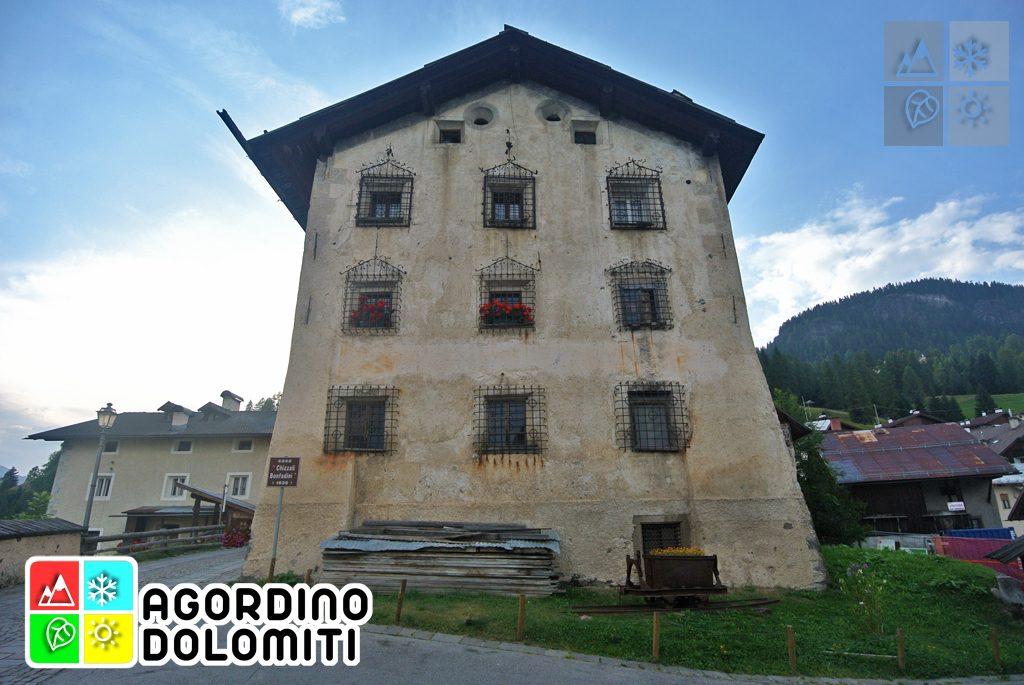 Palazzo Chizzali-Bonfadini (Cesa de Jan) a Colle Santa Lucia, sede dei proprietari tirolesi delle Miniere del Fursil