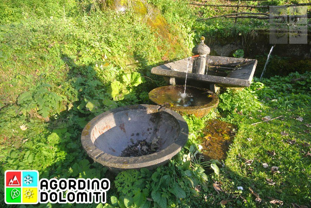 Fontana della frazione di Pattine, realizzata riciclando due grossi crogioli in ghisa dei forni fusori